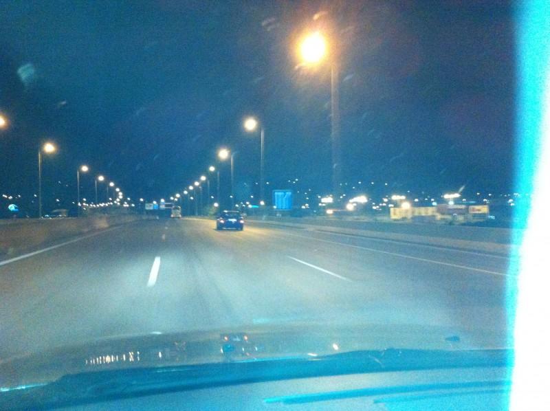 uma estrada escura